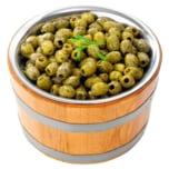 Gekräuterte grüne Oliven ohne Stein